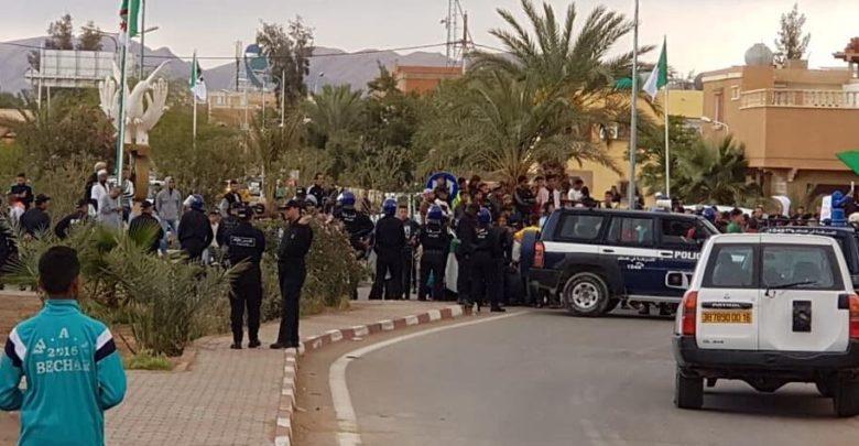 صورة محتجون ببشار يطالبون وزير الداخلية بالاستقالة