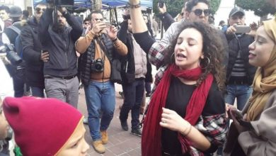 """صورة """"صوت المرأة .. ثورة"""" .. النساء يُلهبْن ميادين السودان والجزائر"""