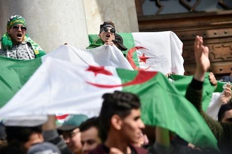 """صورة صحف عربية: دور الشباب في """"ثورة الابتسامة"""" الجزائرية"""