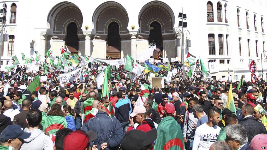 صورة الصيام لم يمنع الجزائريين من الشارع في الجمعة الـ 12