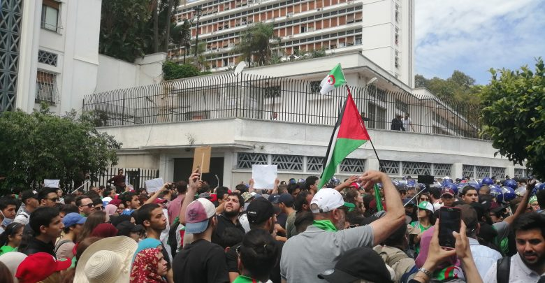 صورة الطلبة ينقلون احتجاجهم إلى قصر الحكومة