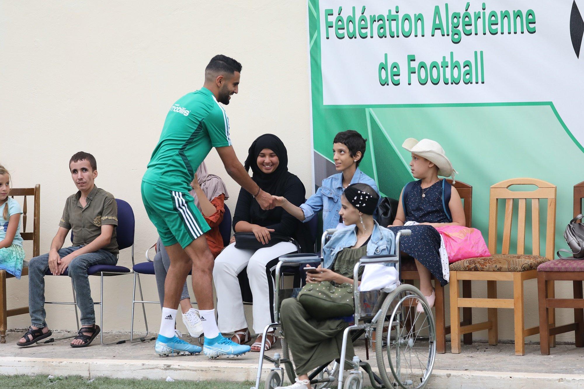 صورة لفتة إنسانية من نجوم الجزائر باستضافة أطفال مصابين بالسرطان