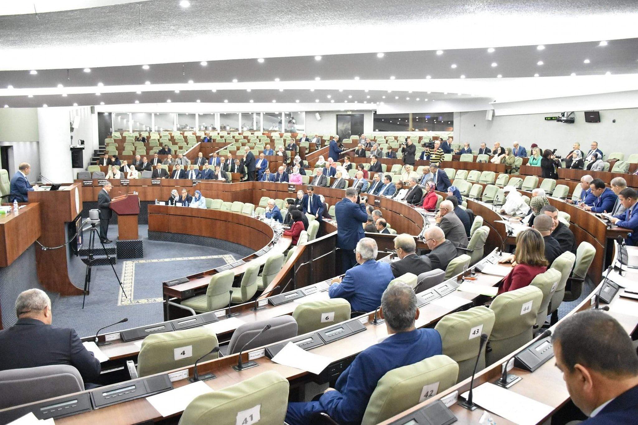 صورة وزير المالية يعرض مشروع قانون المالية أمام كراسي شبه فارغة