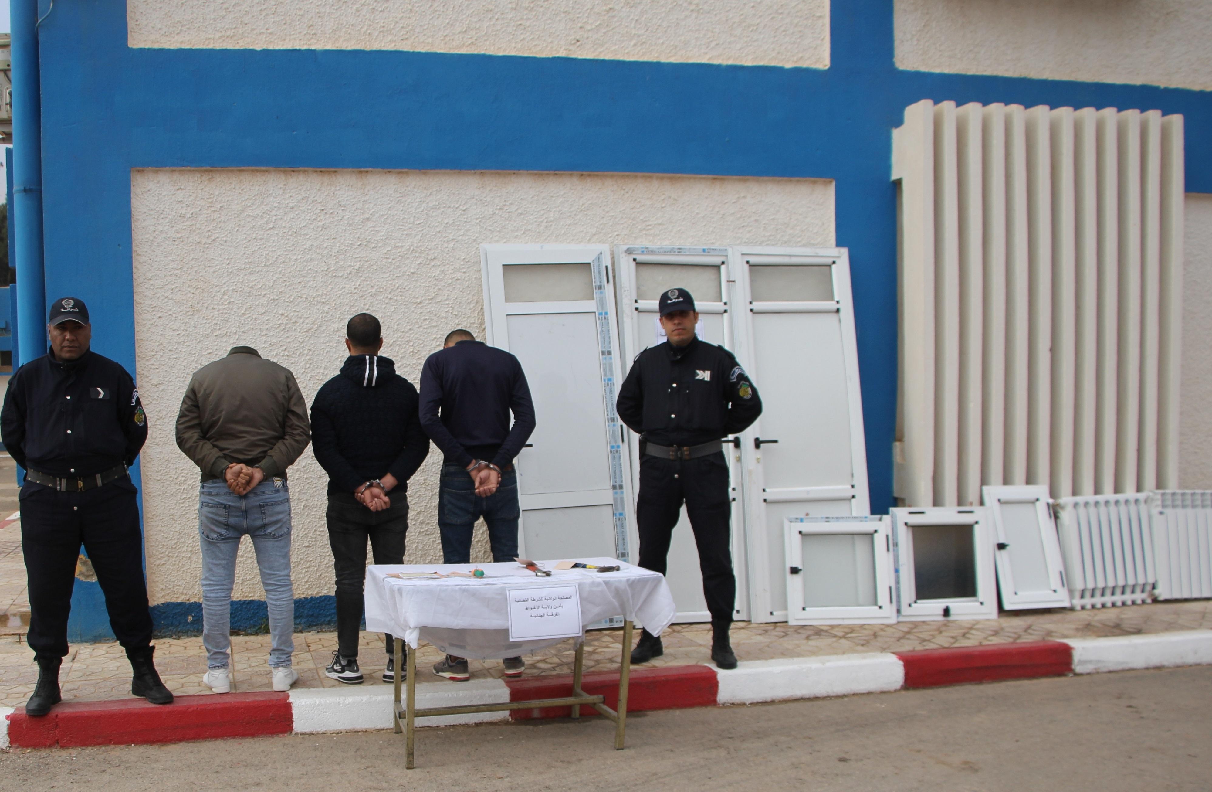 صورة توقيف ثلاثة أشخاص بتهمة تكوين جمعية أشرار لغرض الإعداد لجناية السرقة بالاغواط
