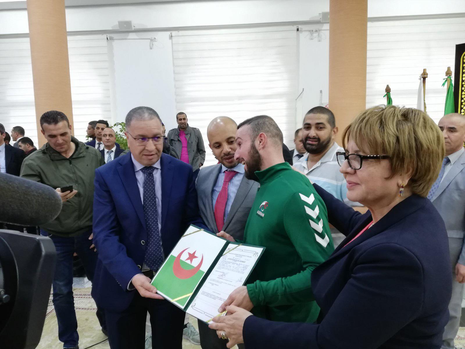"""صورة تكريم نائب بطل العالم في رياضة """"الصولجان"""" فرحاح وليد"""