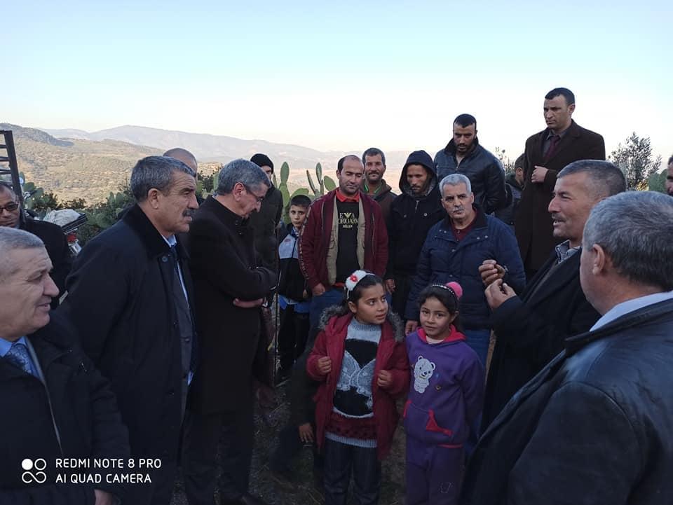 صورة والي البويرة يقف على الوضعية التي يعيشها سكان قرية هجيتة