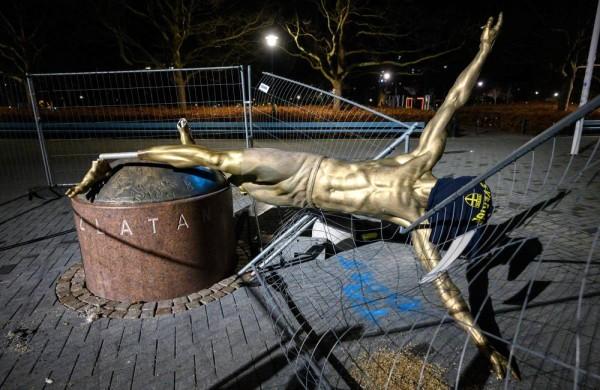 صورة جماهير مالمو تحطم تمثال إبراهيموفيتش. .  وتبعث رسالة تحذير لنجم ميلان