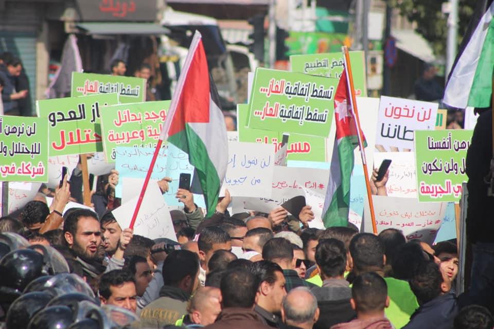 صورة مئات الأردنيين يتظاهرون في عمان ضد تزود المملكة بالغاز من إسرائيل
