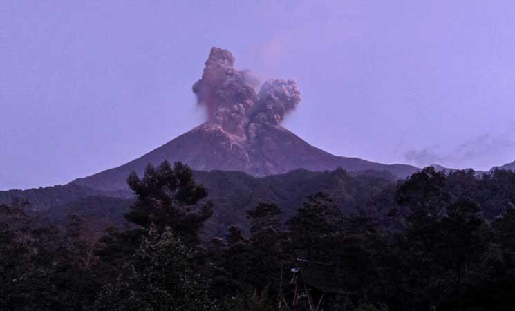 صورة إندونيسيا.. بركان جبل ميرابي يقذف رمادا بارتفاع 6 كيلومترات في الهواء