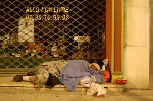 صورة نقل الأشخاص بدون مأوى نحو مركز الإيواء الاستعجالي دالي إبراهيم