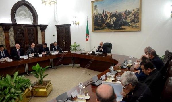 صورة فيروس كورونا: رئيس الجمهورية يترأس جلسة عمل لتقييم إجراءات التصدي بفعالية للوباء