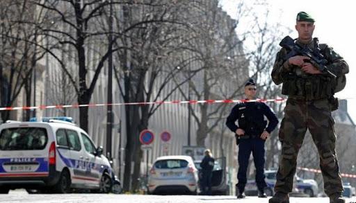 """صورة سياسة """"السترات الصفراء"""" تتحدى """"حظر كورونا"""".. والأمن يغلق وسط باريس"""