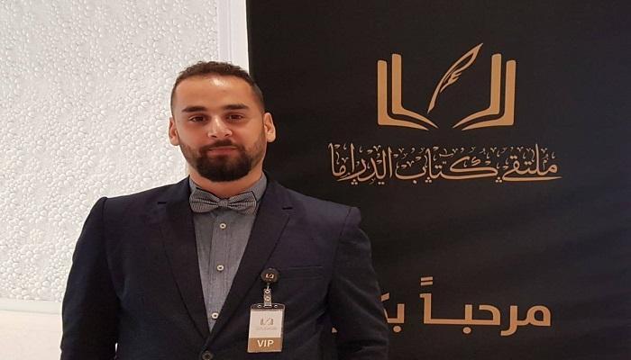 صورة تتويج الكاتب يوسف بعلوج بالدرع الفضية لكسابقة قنبر الدولية لأدب الطفل في العراق