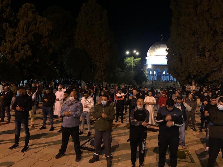 """صورة """"الأقصى"""" بعد فتح أبوابه.. التزام المصلين يعكره اقتحام المستوطنين"""