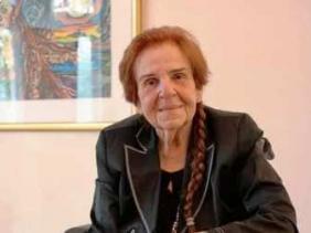صورة سفير الجزائر ببرلين يكرم الرسامة بيتينا هاينان عياش