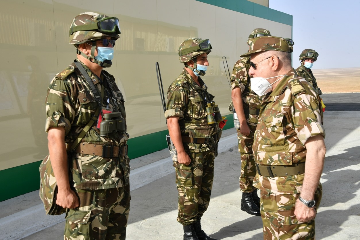 صورة اللواء شنقريحة يشرف بوهران على تنفيذ تمرين تكتيكي بالذخيرة الحية