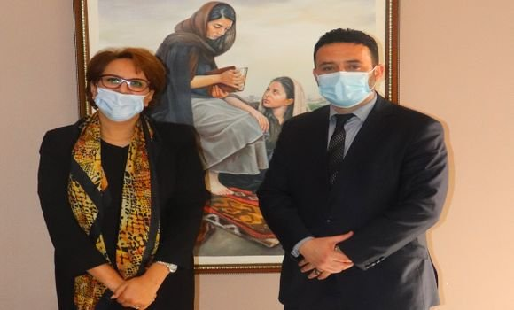 صورة وزيرة الثقافة تتباحث مع الوزير المنتدب المكلف بالمؤسسات المصغرة