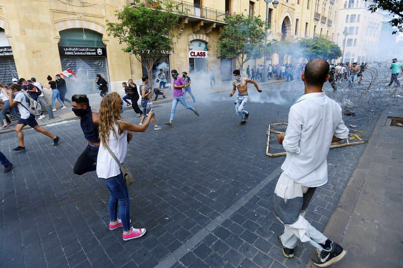 صورة قوات الأمن تطلق الغاز المسيل للدموع على متظاهرين في بيروت