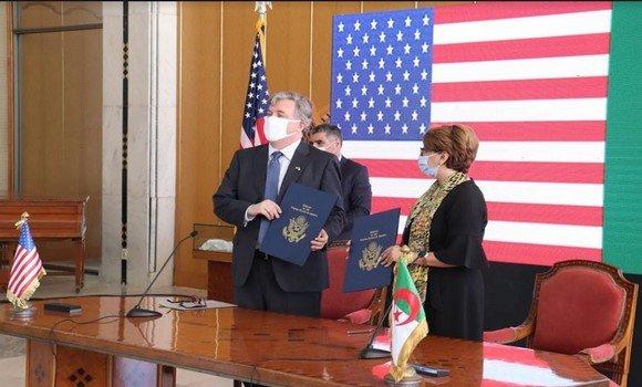 صورة التوقيع على اتفاقية تعاون بين وزيرة الثقافة والسفير الأمريكي لحفظ وترميم التراث