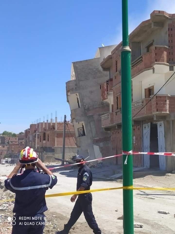صورة انهيار كلي لثلاثة منازل و تشققات بسكنات أخرى بزلزال ميلة