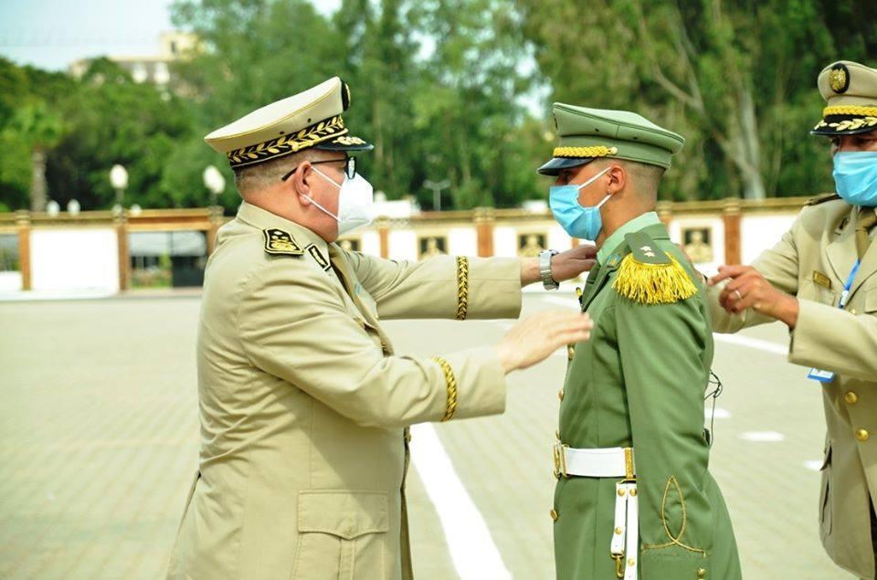 صورة اللواء علي سيدان يشرف على تخرج الدفعة ال47 من الضباط المهندسين