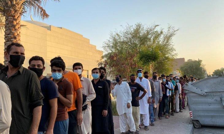 صورة الغارديان: آلاف العمال الأجانب عالقون في دبي جوعى بعدما تخلت عنهم شركاتهم