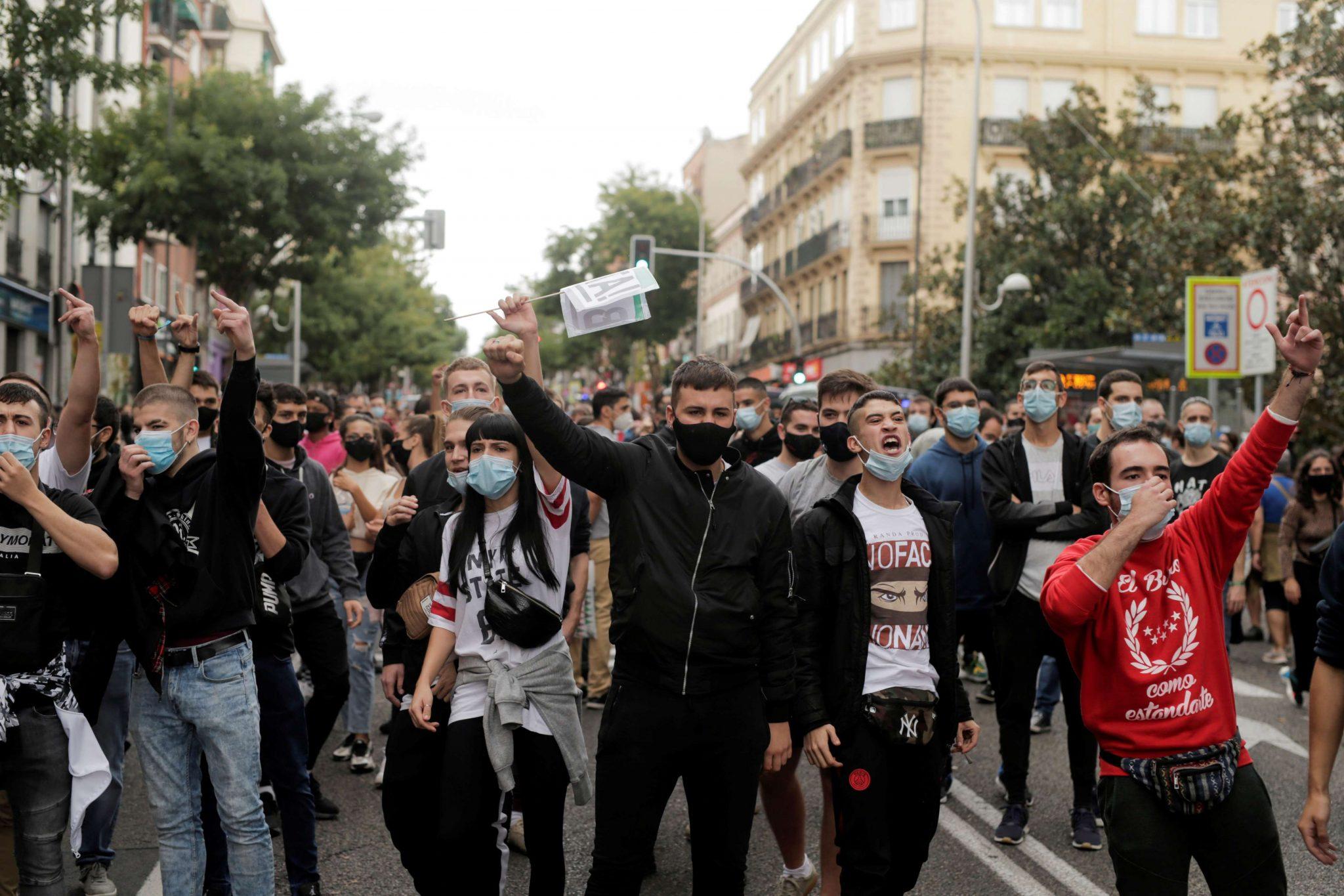 صورة الآلاف يحتجون في إسبانيا على تطويق مناطق لوقف انتشار كورونا
