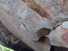 """صورة فريق من مركز بحوث ما قبل التاريخ يعاين آثار التخريب بموقع """"غار الماعز"""""""