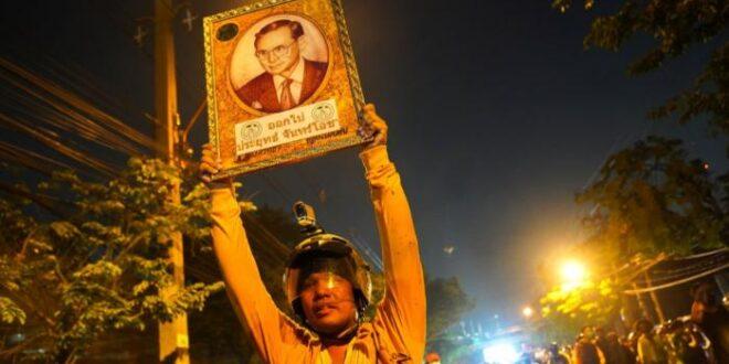 ملك تايلاند في عين عاصفة غضب والشرطة تنتشر لحماية ممتلكاته