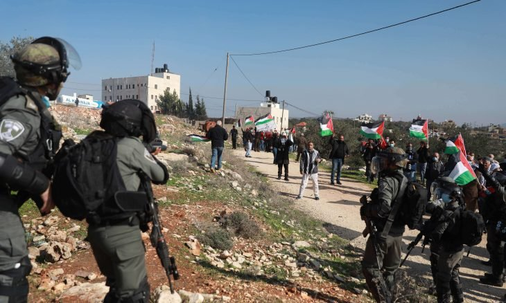 صورة اندلاع مواجهات شعبية حامية في الضفة ضد الاحتلال الاسرائيلي: عشرات الإصابات .. حملة اعتقالات وإخطارات بهدم المزيد من المنازل