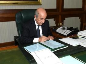 صورة رئيس الجمهورية يوقع المرسوم المتعلق بحل المجلس الشعبي الوطني