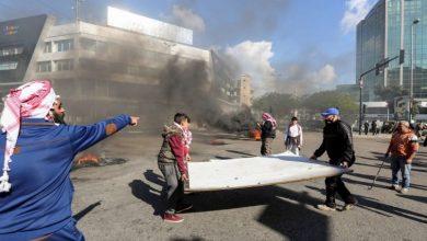 صورة لبنان: محتجون يقطعون الطرقات احتجاجاً على تردي الأوضاع المعيشية