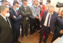 صورة ميهوبي يتفقد مشروع محطة تحلية مياه البحر بوهران
