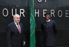 صورة لعمامرة يتباحث مع مفوض الاتحاد الإفريقي للشؤون السياسية بانكولي أديوي