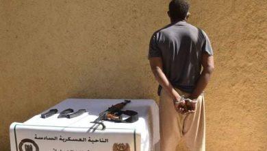 صورة القبض على إرهابي بحوزته مسدس رشاش
