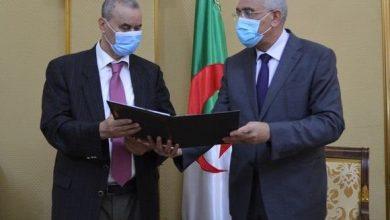 صورة وزير العدل يتسلم مسودة المشروع  المحدد لطرق انتخاب أعضاء المجلس الأعلى للقضاء