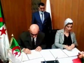 صورة التوقيع على اتفاقية شراكة بين مركز البحث في الأنثروبولوجيا لوهران والمحافظة السامية للأمازيغية