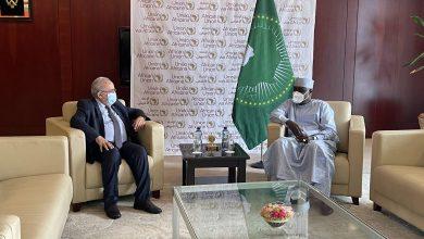 صورة لعمامرة يلتقي رئيس مفوضية الاتحاد الإفريقي