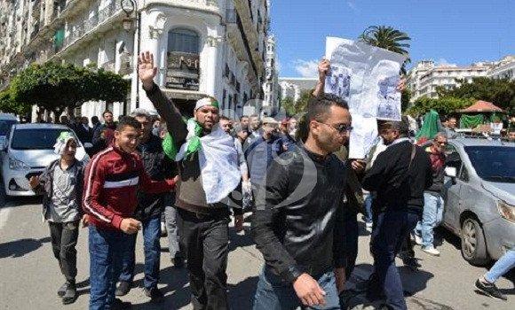 Photo de Marches des étudiants réclamant un changement radical du système
