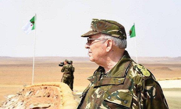 Photo de Gaïd Salah entame une visite de travail et d'inspection à la 4e Région militaire à Ouargla