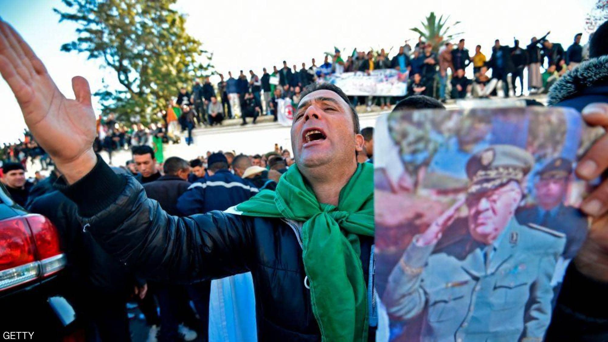 Photo de Des citoyens rendent un dernier hommage au défunt Gaïd Salah