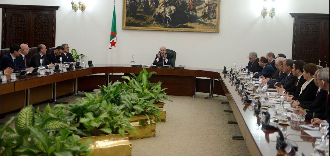 Photo de Le Président Tebboune préside une réunion avec les membres du Comité scientifique de suivi de l'évolution du Covid-19